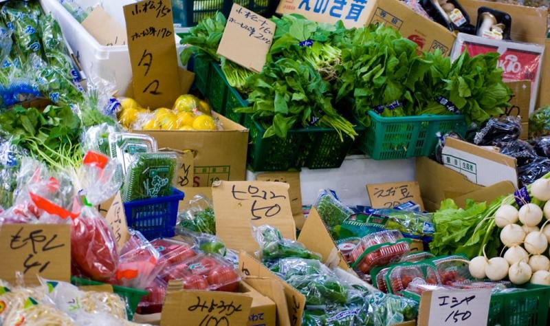 八百屋の軒先の野菜