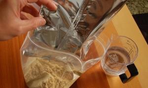 袋へ混合ぬかと水を入れる