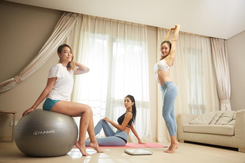 家の中で運動する女性たち